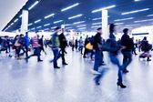 Pasajeros en la estación del metro de shangai. — Foto de Stock