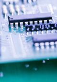 Componenti semiconduttori su sfondo blu — Foto Stock