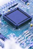 Componentes del semiconductor sobre un fondo azul — Foto de Stock