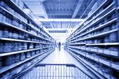 Una mujer de compras en el supermercado — Foto de Stock