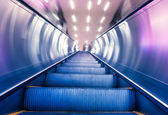 Scala mobile stazione della metropolitana in costruzione moderna — Foto Stock