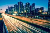 Senderos de luz en la ciudad moderna al atardecer en beijing, china — Foto de Stock