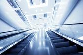 Rolltreppe in moderne Bürogebäude, Motion blur — Stockfoto