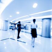 ショッピング センター、モーションでの買い物客のぼかし — ストック写真