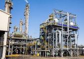 Chemische fabriek in de blauwe hemel — Stockfoto
