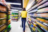 Courses au supermarché, le flou de mouvement — Photo