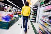 Compras en el supermercado, desenfoque de movimiento — Foto de Stock