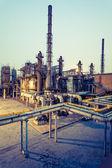 Химический завод на закате — Стоковое фото