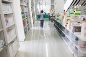 Die gänge in eine öffentliche bibliothek mit regale voller bücher — Stockfoto