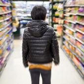 Young woman shopping in the supermarket,motion blur — Foto Stock