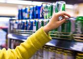 Closeup selección de mercancía en el supermercado — Foto de Stock