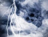 Lebka myšlenku temné mraky s osvětlením — Stock fotografie