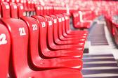 赤い椅子の大きい競技場の観覧席 — ストック写真