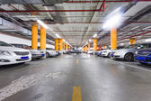 駐車ガレージ、駐車した車のいくつかの地下のインテリア — ストック写真