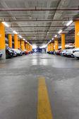 Garage de stationnement, intérieur souterrain avec quelques voitures garées — Photo