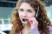 Mutlu neşeli gülümseyen portresi kulaklık ofis telefonu operatörü desteği — Stok fotoğraf
