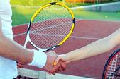 Tenistas saludando tras partido en cancha de tenis — Foto de Stock
