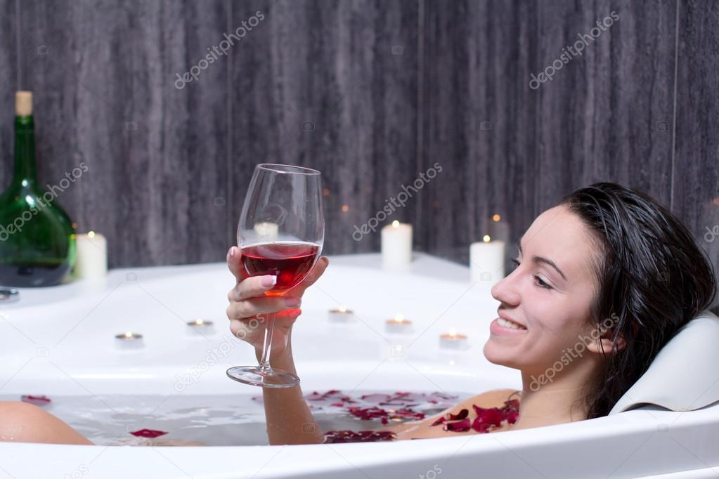 Девушка принимает ванну, попивая шампанское  258304