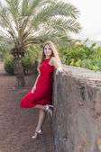 屋外の美しい若い女性 — ストック写真