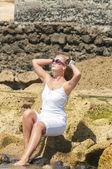 Blondy kız plajda güneş gözlüklü. tenerife — Stok fotoğraf