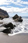 黒い火山砂浜。テネリフェ島のホテル — ストック写真