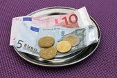 Euro tips over restaurant tabel — Stockfoto