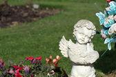 Estátua de anjo memorial no cemitério — Fotografia Stock