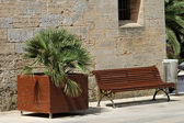 Vacant wooden park bench — Stock Photo