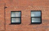 Fenêtres dans mur de briques — Photo
