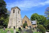 Cementerio y la iglesia de la aldea — Foto de Stock