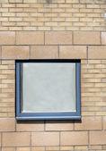 Fenster auf backsteingebäude — Stockfoto