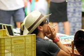 рынке трейдер курить сигарета — Стоковое фото