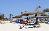 Famílias relaxantes na praia em maiorca — Fotografia Stock