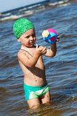 Mladík bavit se ve vodě na seay — Stock fotografie