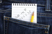Notebook in jeans zak — Stockfoto