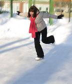 Garota na pista de skate de inverno — Foto Stock