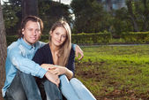 Couple sit on the grass — Stock Photo