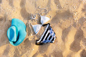 Badeanzug im sand — Stockfoto
