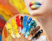 Mädchen mit farbigen lippen mit palette — Stockfoto