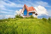Pequena casa com telhado vermelho — Fotografia Stock