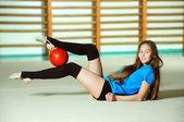 Bella ginnasta con la palla — Foto Stock