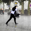 Unning man in the rain — Stockfoto