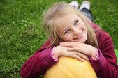 Jardinería otoño - chica encantadora con calabaza — Foto de Stock