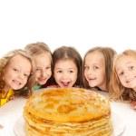 Happy beautiful children with pancakes — Stock Photo #39382533
