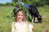 Malá holčička konzumní mléko — Stock fotografie