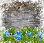 Blau und silber dekoration christbaumkugeln und kiefer auf einem verschneiten hölzernen hintergrund — Stockfoto