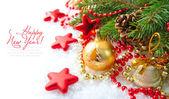 рождественские украшения безделушка являются ветками ели на снегу — Стоковое фото