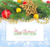 云杉的分支是与节日背景上的圣诞装饰品 — 图库照片