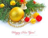 圣诞装饰品是摆设的与冷杉上白色的分支 — 图库照片