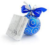 白い背景の上の小さな贈り物と青いクリスマス ボール — ストック写真